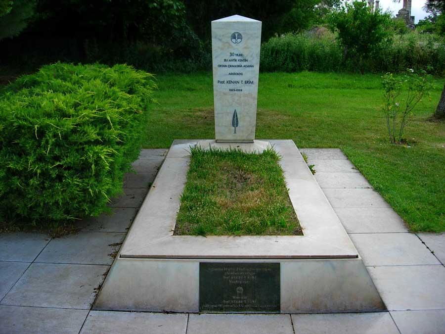 Afrodisias antik kenti Prof. Dr. Kenan Erim'in mezarı, Afrodisias fotoğrafları - Tomb of Prof. Dr. Kenan Erim, Aphrodisias photos