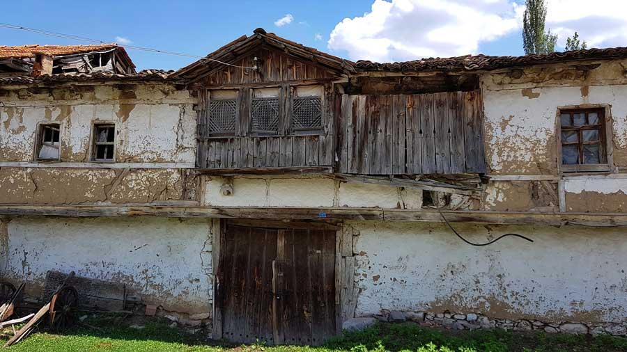 Aizanoi, 1970 Gediz depreminde zarar görmüş Çavdarhisar evleri, Kütahya - 1970 Cavdarhisar houses damaged by Gediz earthquake, Kütahya, Turkey