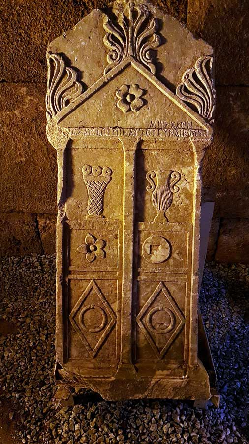 Aizanoi antik kenti Frigya kapı tipi mezar taşı, Çavdarhisar Kütahya - Aizanoi ancient city the Phrygian door type tombstone, Turkey