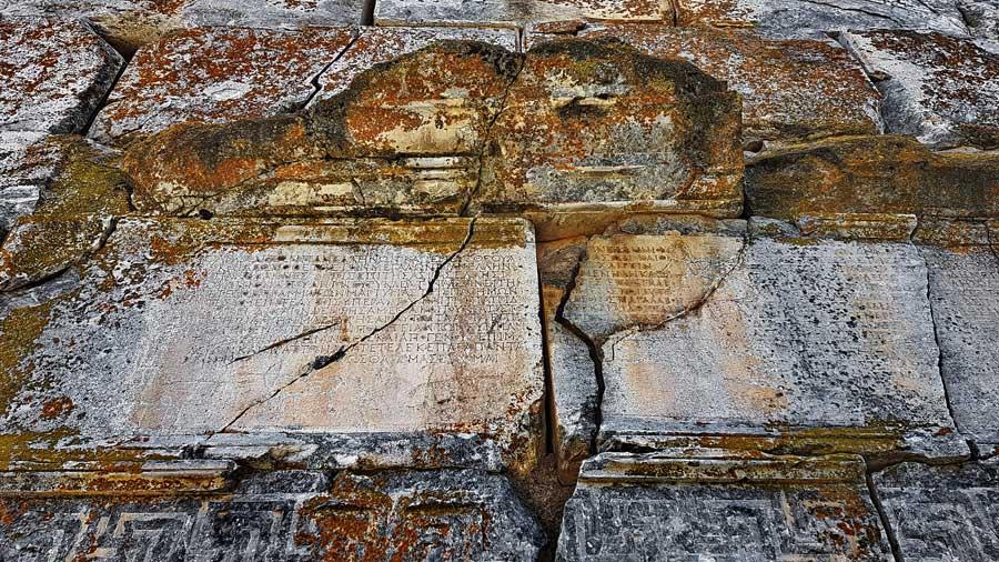 Aizanoi antik kenti Zues tapınağı duvarında Roma yazıtları, Çavdarhisar Kütahya - Roman inscrpitions on the wall of Zeus temple, Aizanoi anciet city, Turkey