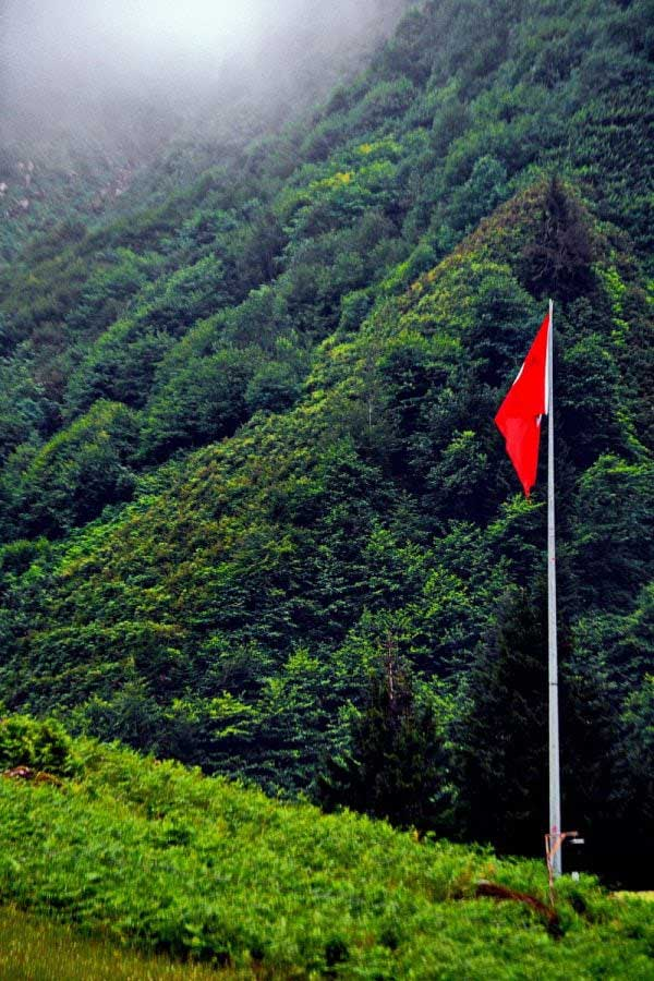 Ayder yaylasında bulunan ay yıldız, Ayder Yaylası fotoğrafları - mountains and the Turkish flag, Ayder Plateau photos