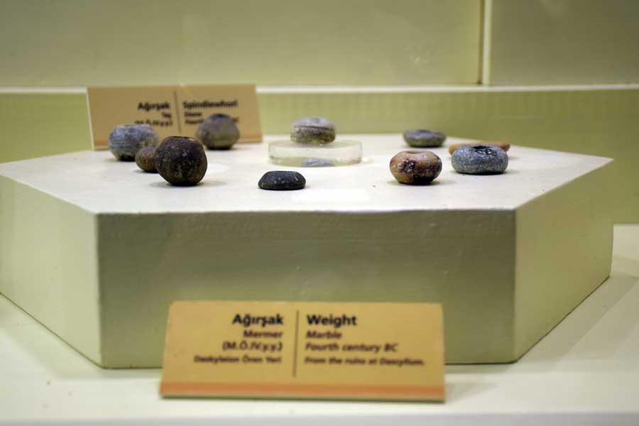 Bandırma Arkeoloji Müzesi ağırşaklar M.Ö. 14.yy - Weights 14. B.C Bandirma Archaeological Museum, Turkey