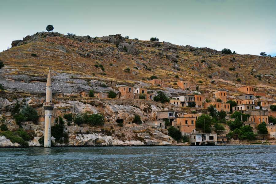 Batık Minare, Belasur veya Eski Savaşan Köyü Halfeti, Şanlıurfa - Submerged minaret, Old Savaşan village or Belasur Sanliurfa Southeastern Anatolia