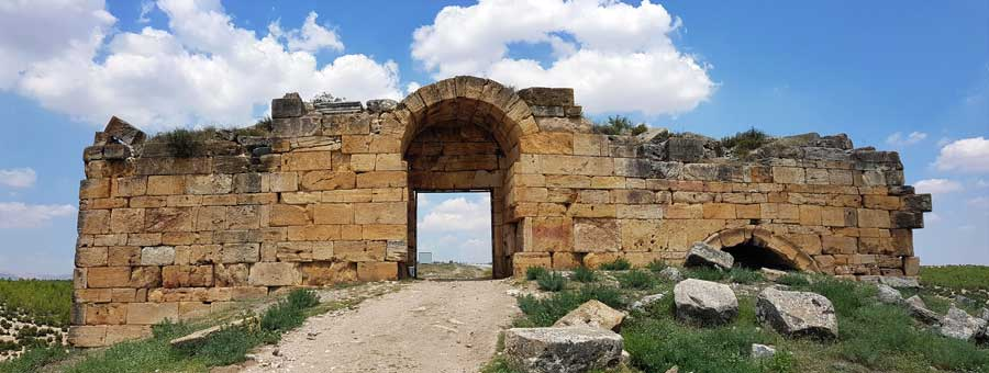 Blaundus antik kenti giriş kapısı, Ulubey Uşak Ege bölgesi - Gate at the entrance to the Blaundus ancient city, Aegean region Turkey