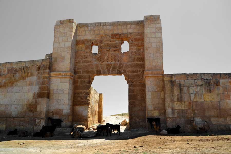 Harran surları restore edilmiş hali Şanlıurfa Harran fotoğrafları - Harran Ramparts photos Southeastern Anatolia Region Turkey