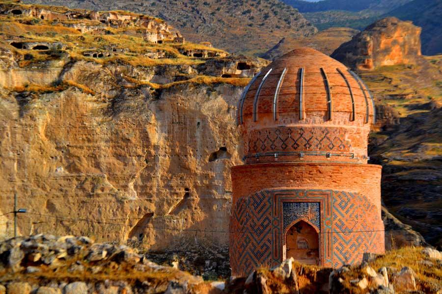 Hasankeyf fotoğrafları Zeynel Bey Türbesi ve Hasankeyf Kalesi - Zeynel Bey Tomb and Hasankeyf Fortress Southeastern Anatolia region Turkey