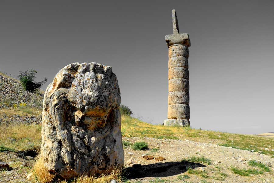 Karakuş tepesi Aslan heykeli ve sütun, Adıyaman Nemrut Dağı Milli Parkı fotoğrafları - Karakus Tumulus, Lion and Pillar, Mt. Nemrut National Park photos Southeast Anatolia region