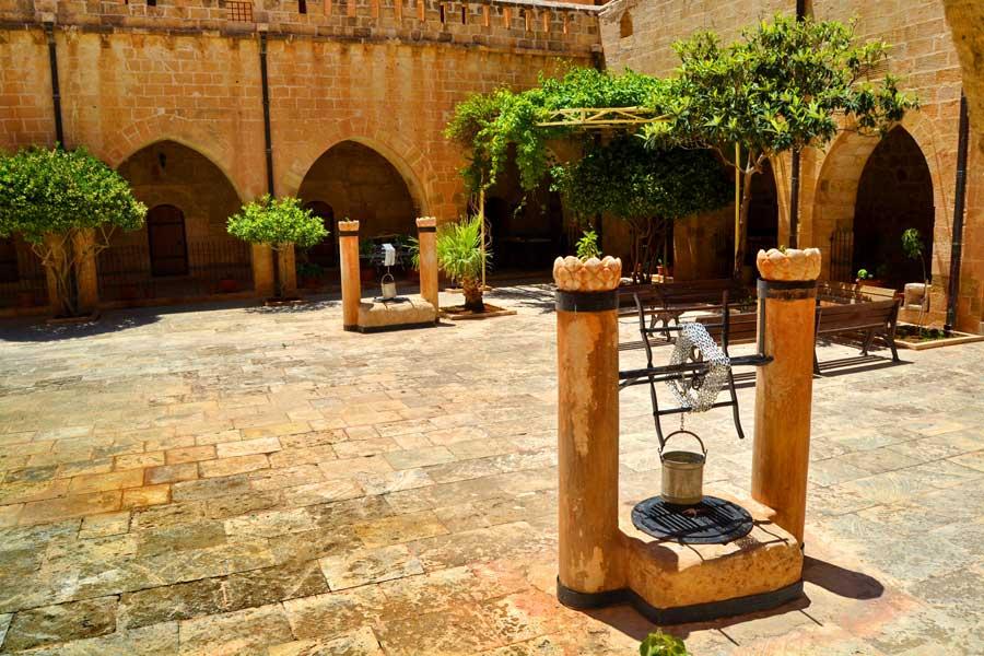 Mardin Deyrulzafaran manastırı iç avlusu, Güneydoğu fotoğrafları - in the courtyard of Dayrulzafaran monastery, Southeastern Anatolia Mardin photos