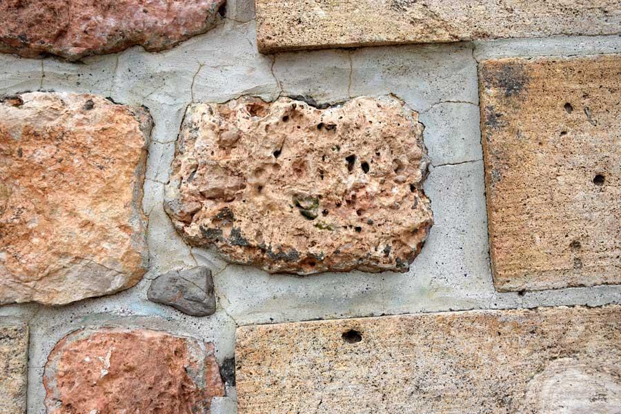 Mor Gabriel Manastırı restorasyon sonrası taş duvar detayı, Midyat Türkiye - Stone wall detail after restoration of Mor Gabriel Monastery, Mardin Turkey