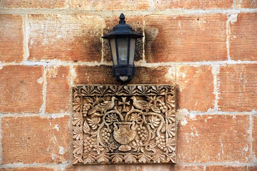 Mor Gabriel Manastırı taş süslemeleri üzüm, güvercin ve haç motifleri, Midyat Mardin - Mor Gabriel monastery stone engravings with grape, dove and cross motifs, Midyat Turkey