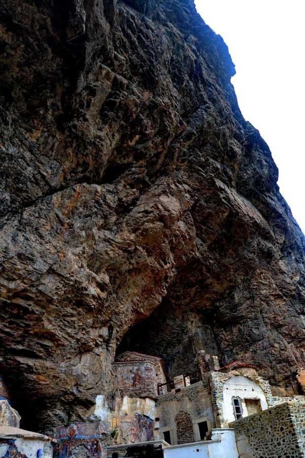 Sümela manastırının üzerindeki kaya parçası, Sümela manastırı fotoğrafları - buildings hidden under the rock, Sumela monastery photos