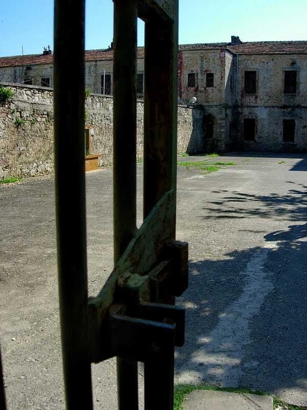 Tarihi Sinop Cezaevi avlusu ve giriş kapısı, Sinop tarihi Cezaevi fotoğrafları - lock, Sinop Historical Prison photos