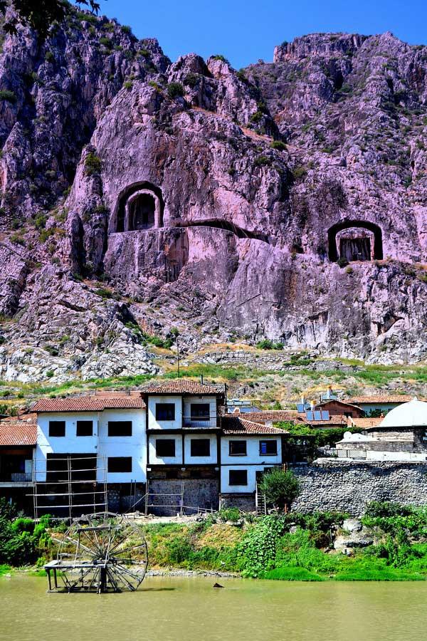 Yeşilırmak kenarında Amasya evleri ve kral mezarları - Amasya houses and king tombs along Yesilirmak river