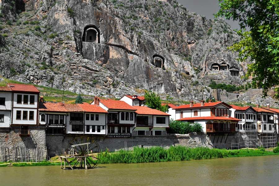 Yeşilırmak kenarında eski Amasya evleri ve kral mezarları - Old Amasya houses and king tombs along Yesilirmak river
