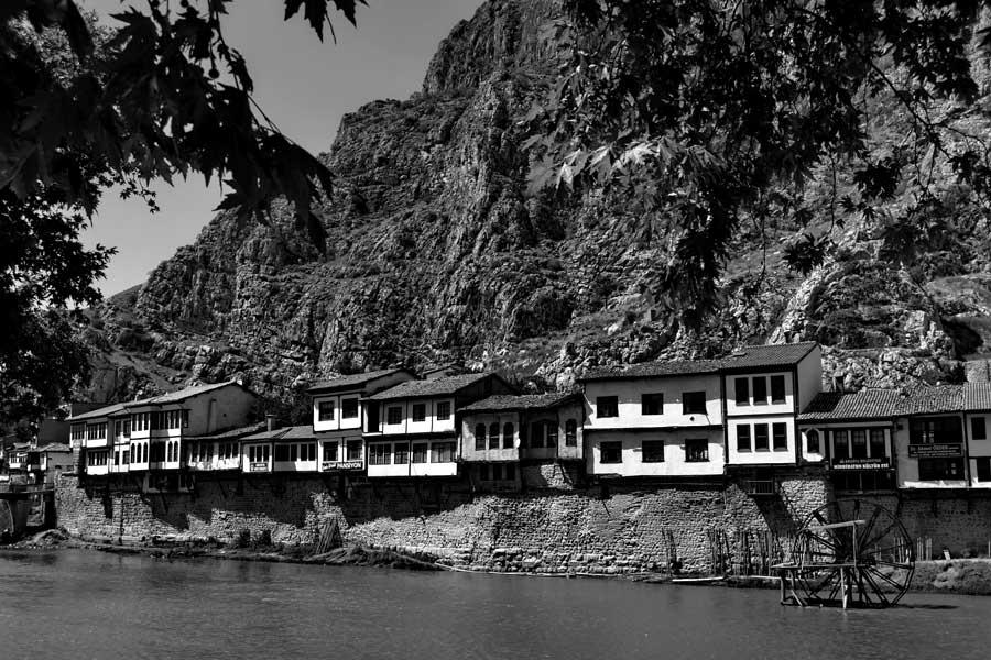 Yeşilırmak kenarında tarihi Amasya evleri - Historical Amasya houses along Yesilirmak river