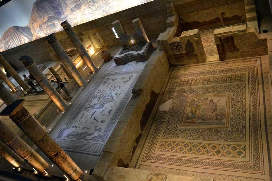 Zeugma Mozaik Müzesi Perseus ve Andromeda mozaiği (önde), Poseidon, Okeanos ve Tethys Mozaiği (solda) - Perseus ve Andromeda mosaic, Zeugma Mosaic Museum