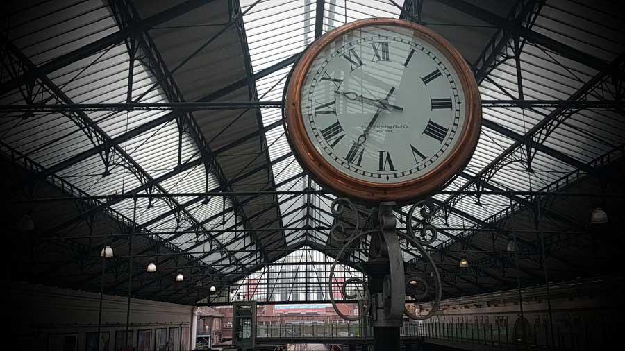 İngiltere güzergahı Londra'yı keşfe hazırız saatleri ayarlayalım Earls Court istasyonu Londra - England route we are ready to discover london.