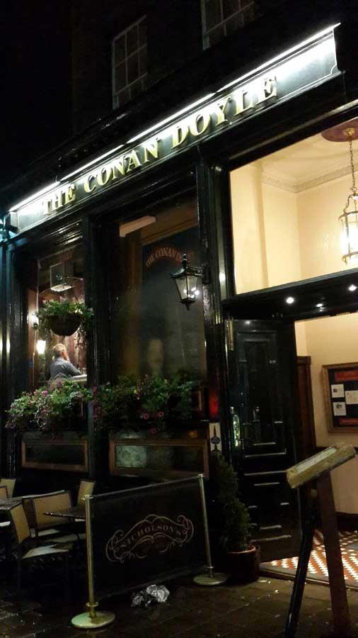 İngiltere rotası Sherlock ve Arthur amcayı ziyarete geldik The Conan Doyle pub Edinburgh - England route we came to visit Sherlock and uncle Arthur The Conan Doyle pub