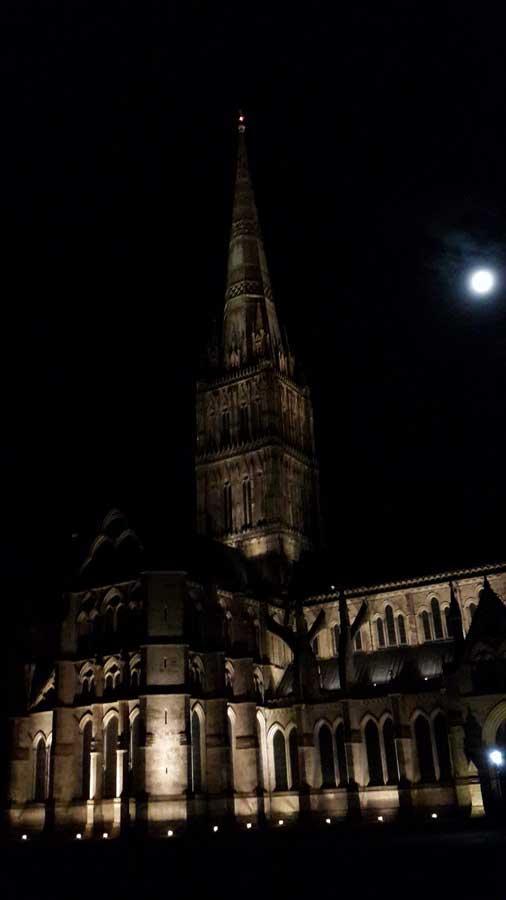 İngiltere rotası ayışığında bütün ihtişamıyla Salisbury katedrali - England route Salisbury glorious salisbury cathedral under the moon