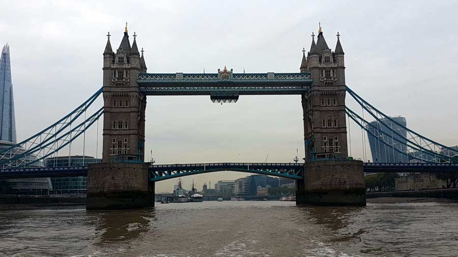 İngiltere rotası thames nehri üzerinde doğuya doğru giderken Londra köprüsü - England route while sailing to east on thames river London bridge