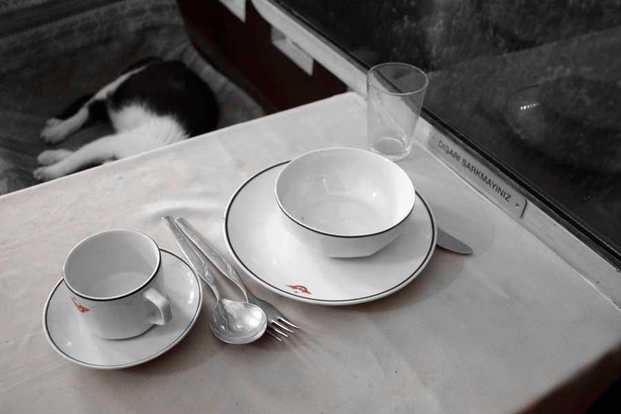 İstanbul Demiryolu Müzesi, Barış Manço - Kurtalan Eksperinde kullanılan çay ve yemek takımı - Tea and dinnerware used in the Barış Manço - Kurtalan Express, Istanbul Railway Museum