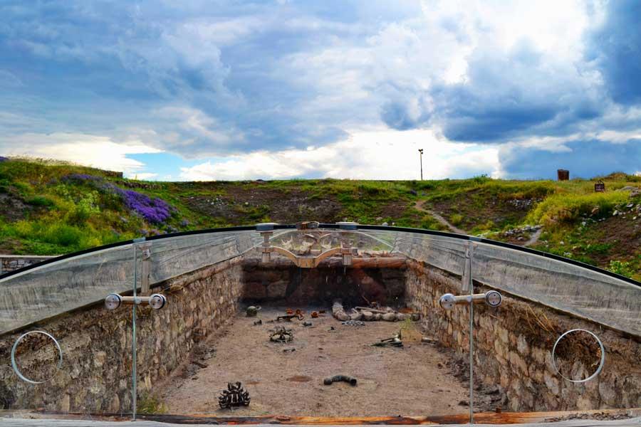 Alacahöyük fotoğrafları Çorum Eski Tunç çağı kral mezarları rekonstrüksiyonları - Early Bronze age Alacahöyük king graves, Turkey