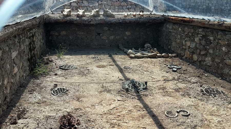 Alacahöyük fotoğrafları Eski Tunç çağı kral mezarları rekonstrüksiyonları Çorum - Early Bronze age Alacahöyük king graves Turkey