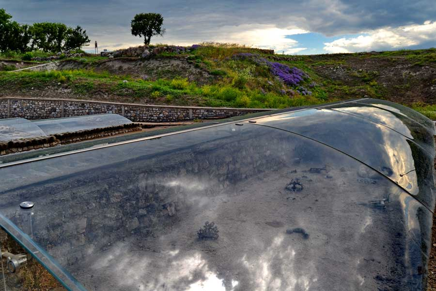 Alacahöyük fotoğrafları Eski Tunç çağı kral mezarları rekonstrüksiyonları Çorum - Early Bronze age Alacahöyük king graves, Turkey