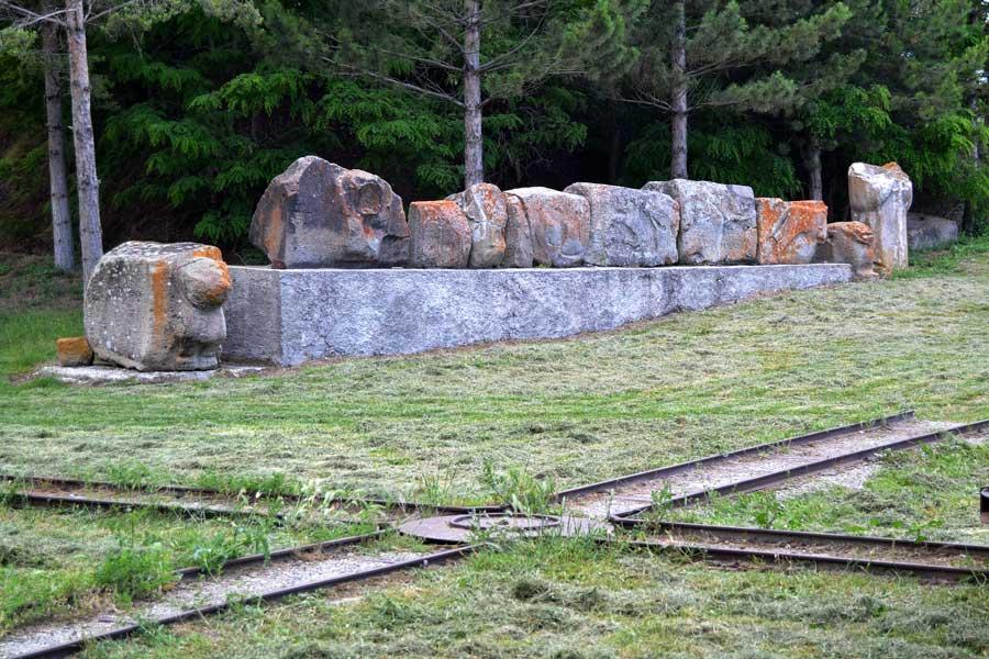 Alacahöyük müzesi bahçesi ve Alacahöyük antik dönem monolitleri, Çorum - Alacahöyük museum garden and ancient period monolith, Turkey
