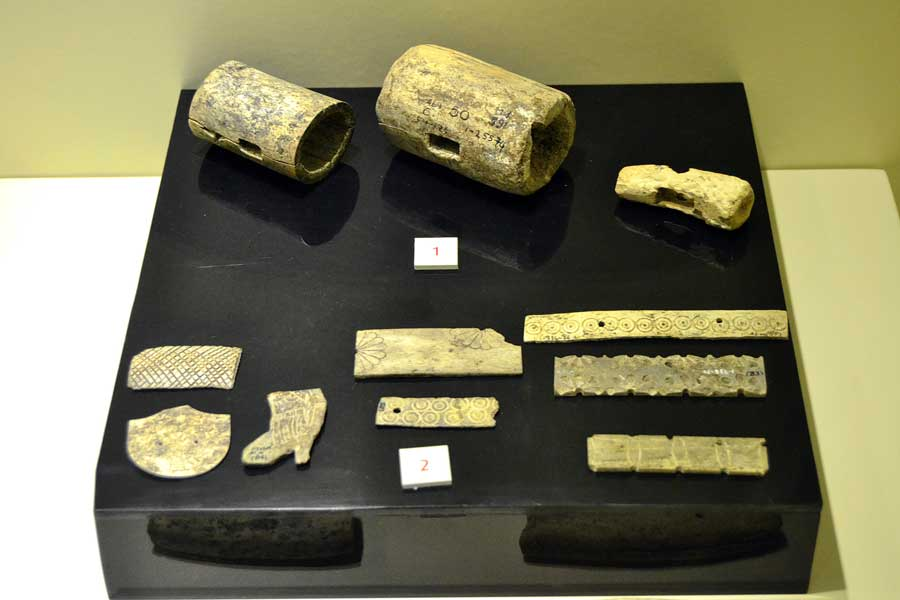 Alacahöyük müzesi eserleri kemik çekiç ve kemik kaplama parçaları, Erken Tunç dönemi (M.Ö. 2300-2100), Çorum - Alacahöyük museum, bone hammer and bone coating fragment, Early Bronze Period (B.C 230), Turkey