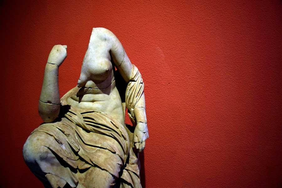 Antalya Müzesi eserleri Perge Roma dönemi Oturan kadın heykeli - Antalya Museum photos Roman Age Perge statue of a seated woman