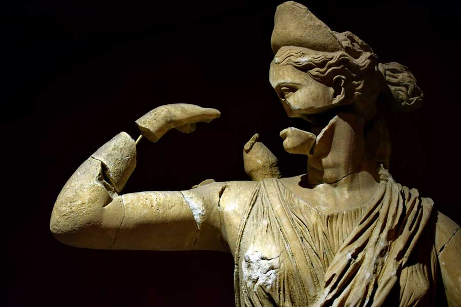 Antalya Müzesi eserleri Tanrılar ve Tanrıçalar Salonu Avlanan Artemiz heykeli - Antalya Archaeological Museum God and Godess Hall hunted Artemis statue