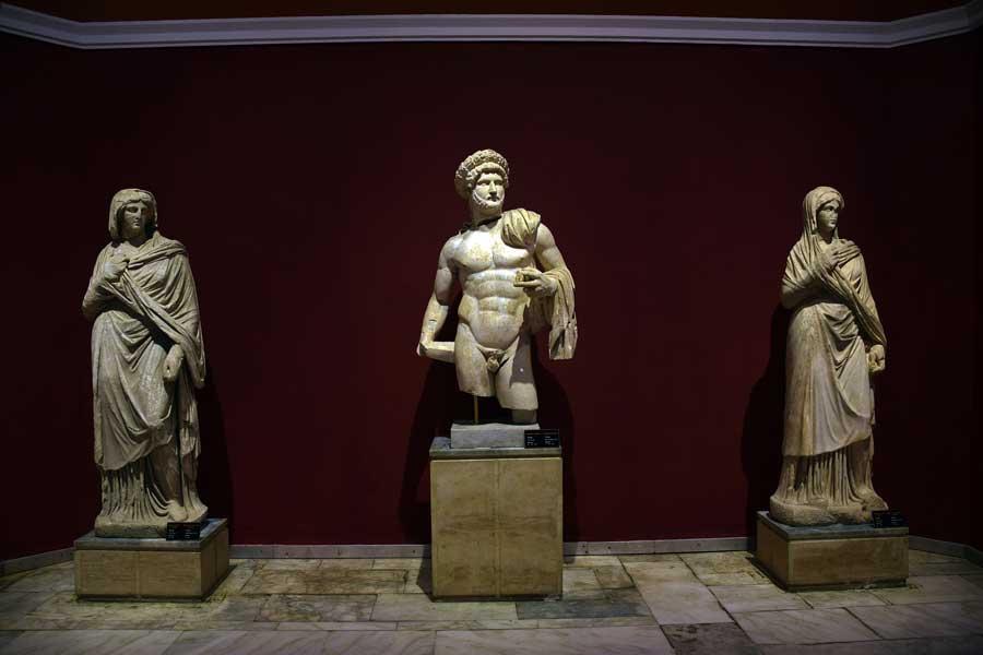 Antalya Müzesi fotoğrafları Hadrian ve giyimli kadınlar heykelleri - Antalya Archaeological Museum Hadrian and woman statues