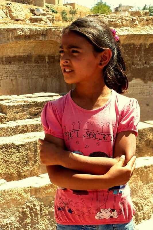 Güneydoğu Anadolu güzergahı Dara'da bize rehberlik eden Zeynep gururlu ve kendinden emin - Zeynep who guided us in Dara ancient city, is self-confident and proud