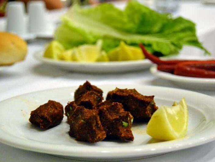 Güneydoğu Anadolu güzergahı geleneksel Şanlıurfa çiğköftesi - Southeastern Anatolia route traditional urfa raw meatball served as not spicy but not for us