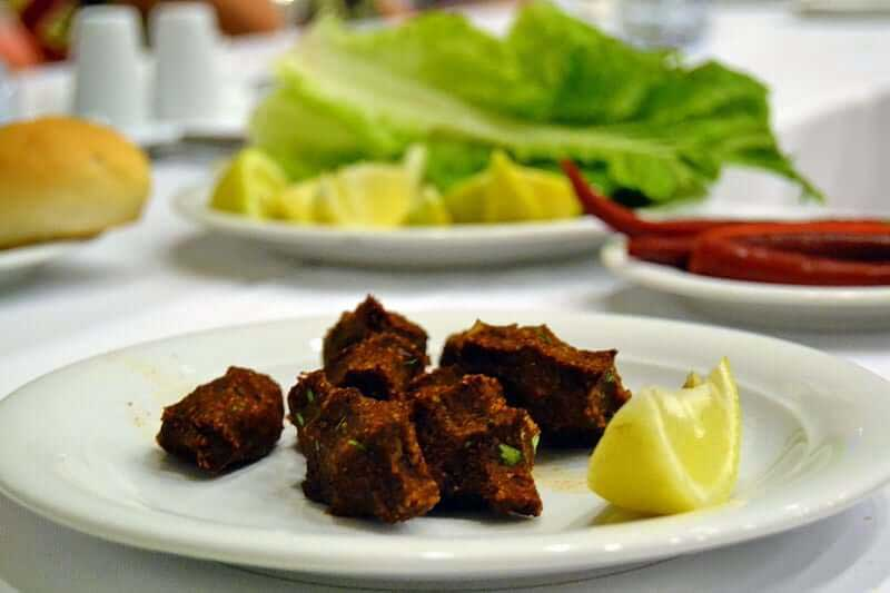 Güneydoğu Anadolu güzergahı geleneksel Şanlıurfa çiğköftesi - Southeastern Anatolia route traditional urfa raw meatball served as not spicy but not for us