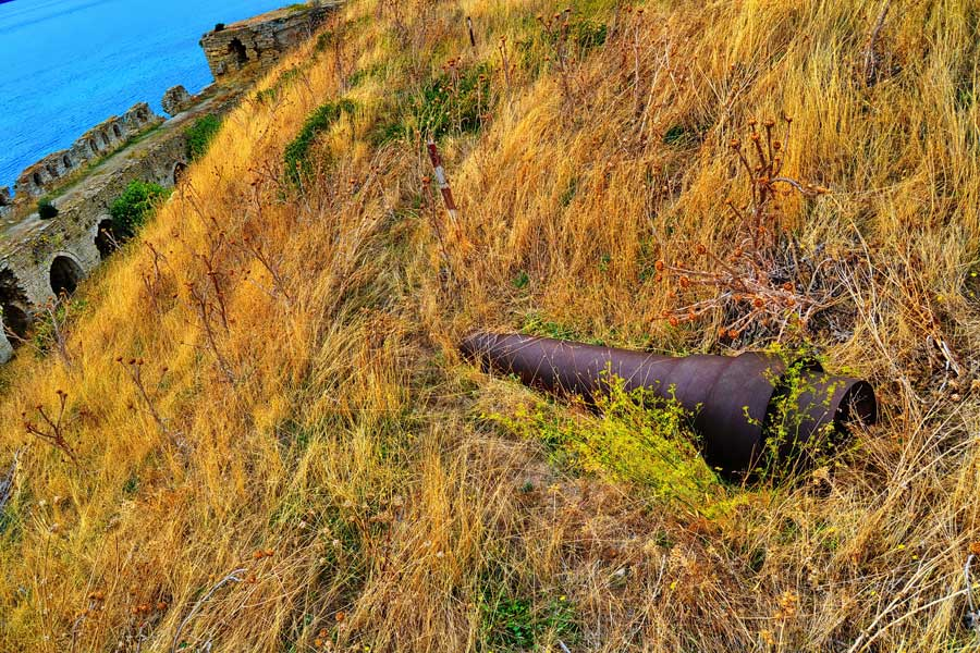 Seddülbahir Kalesi bonetlerinin yanındaki toplar (eski fotoğraf 2011), Seddülbahir fotoğrafları - Sedd el Bahr Fortress cannons between the bonets, Sedd el Bahr photos