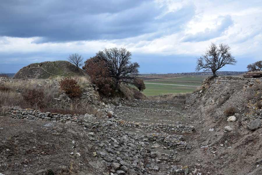 Troya şehir surları ve Troya savaşının geçtiği ova - The city walls and the plains where the Troy war made, Troy ancient city photos