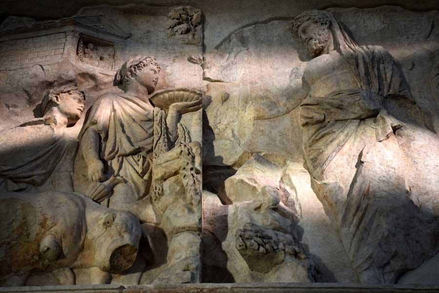 Ara Pacis Müzesi sunaktaki kurban rölyefleri - Ara Pacis Museum Sacrifice panel on the altar