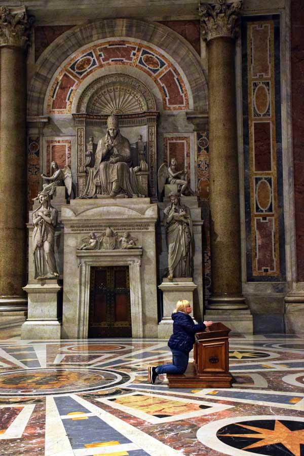 Aziz Petrus Bazilikası veya San Pietro Bazilikası içinde dua - Rome Vatican pray time in the St. Peter's Basilica (Basilica di San Pietro)
