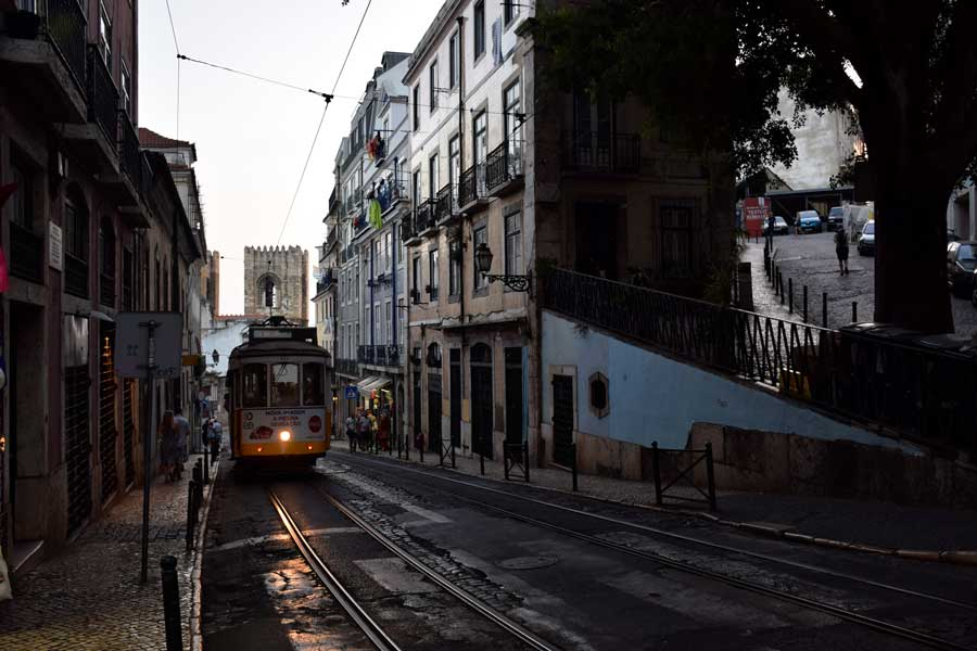 Lizbon fotoğrafları meşhur sarı tramvay - Lisbon the famous yellow tram