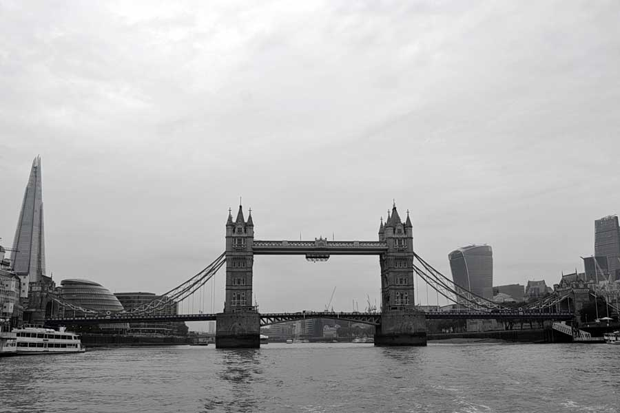 Londra fotoğrafları Thames nehri üzerinde Londra köprüsü - London bridge on a foggy day London photos