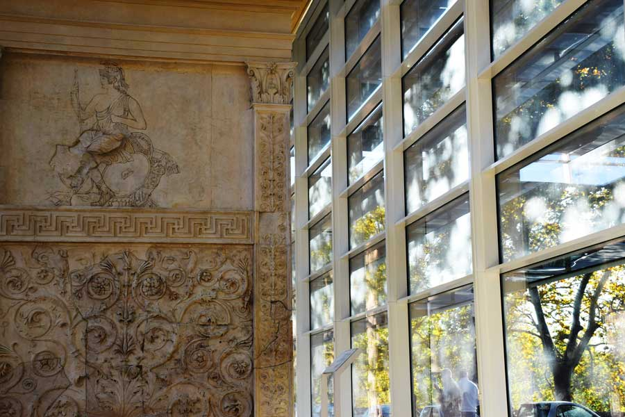 Roma Ara Pacis Müzesi kahramanlık ve onuru temsil eden kabartma - Ara Pacis Museum photos It is thought that she was flanked by male allegorical figures representing Valor and Honor