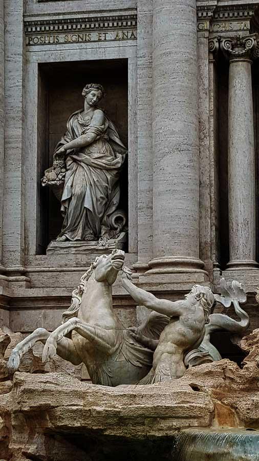 Roma Trevi çeşmesi fotoğrafları Bolluk heykeli - Rome Trevi fountain and statues of Abundance