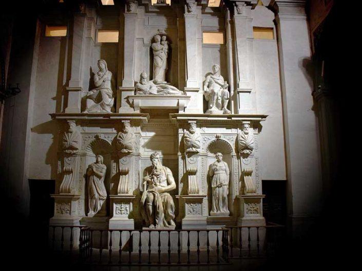 Roma Vincoli San Pietro Kilisesi Michelangelo'nun yaptığı mezar heykeli en önde Musa bulunmaktadır - Rome San Pietro in Vincoli Michelangelo's statue of Moses