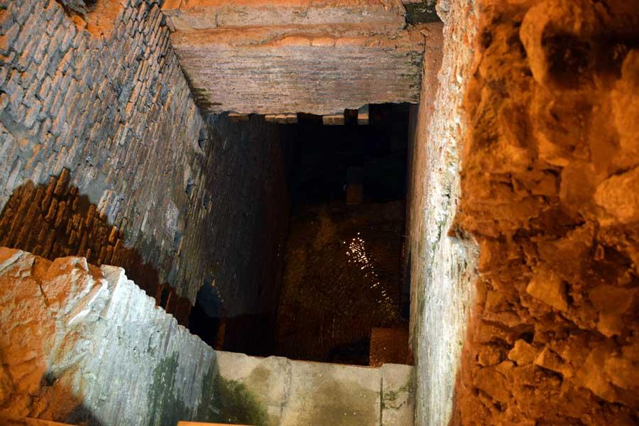 Roma görülmesi gerekli yerler Trevi çeşmesi altındaki yeraltı su şehri fotoğrafları - Rome Vicus Caprarius City of water photos