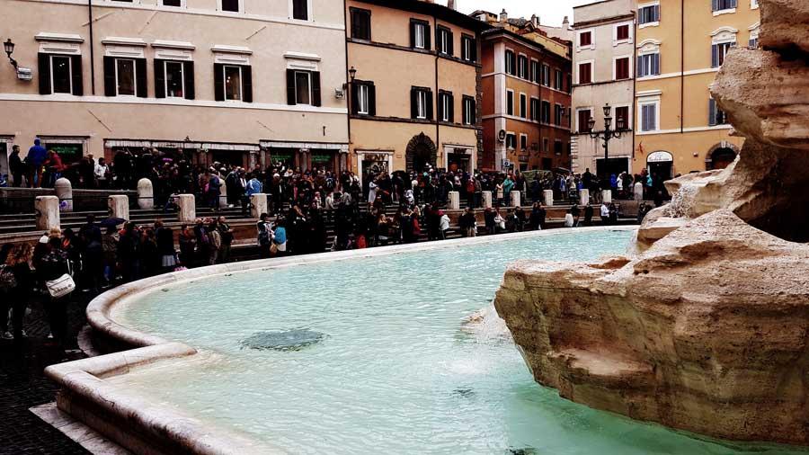 Roma gidilecek yerler Trevi çeşmesi ziyaretçileri - visitors of Trevi fountain Rome photos