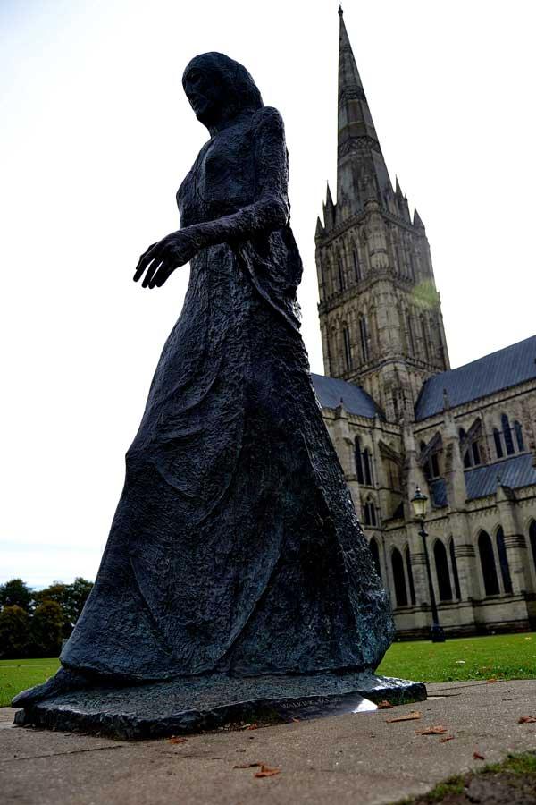Salisbury fotoğrafları Yürüyen Meryem heykeli Salisbury katedrali - Salisbury Cathedral Walking Madonna statue