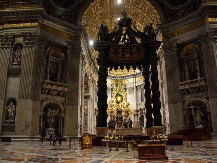 San Pietro Bazilikası veya Aziz Petrus Bazilikası fotoğrafları içi ve baldaken - Baldachin and interior of St. Peter's Basilica (Basilica di San Pietro)