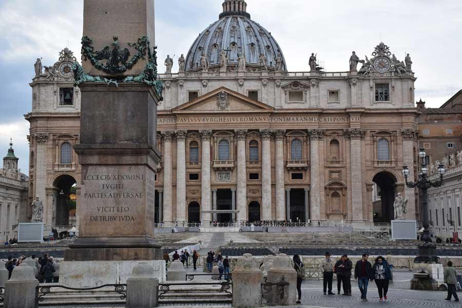 San Pietro meydanı Aziz Petrus Bazilikası (San Pietro Bazilikası) ve dikilitaş - Rome Vatican St. Peter's square obelisk and basilica (Piazza San Pietro e basilica)